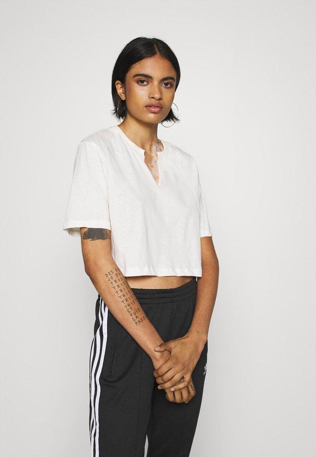 BASIC V CUT TEE - T-shirt con stampa - white