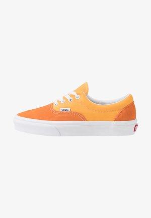 ERA UNISEX - Sneakersy niskie - amberglow/marigold