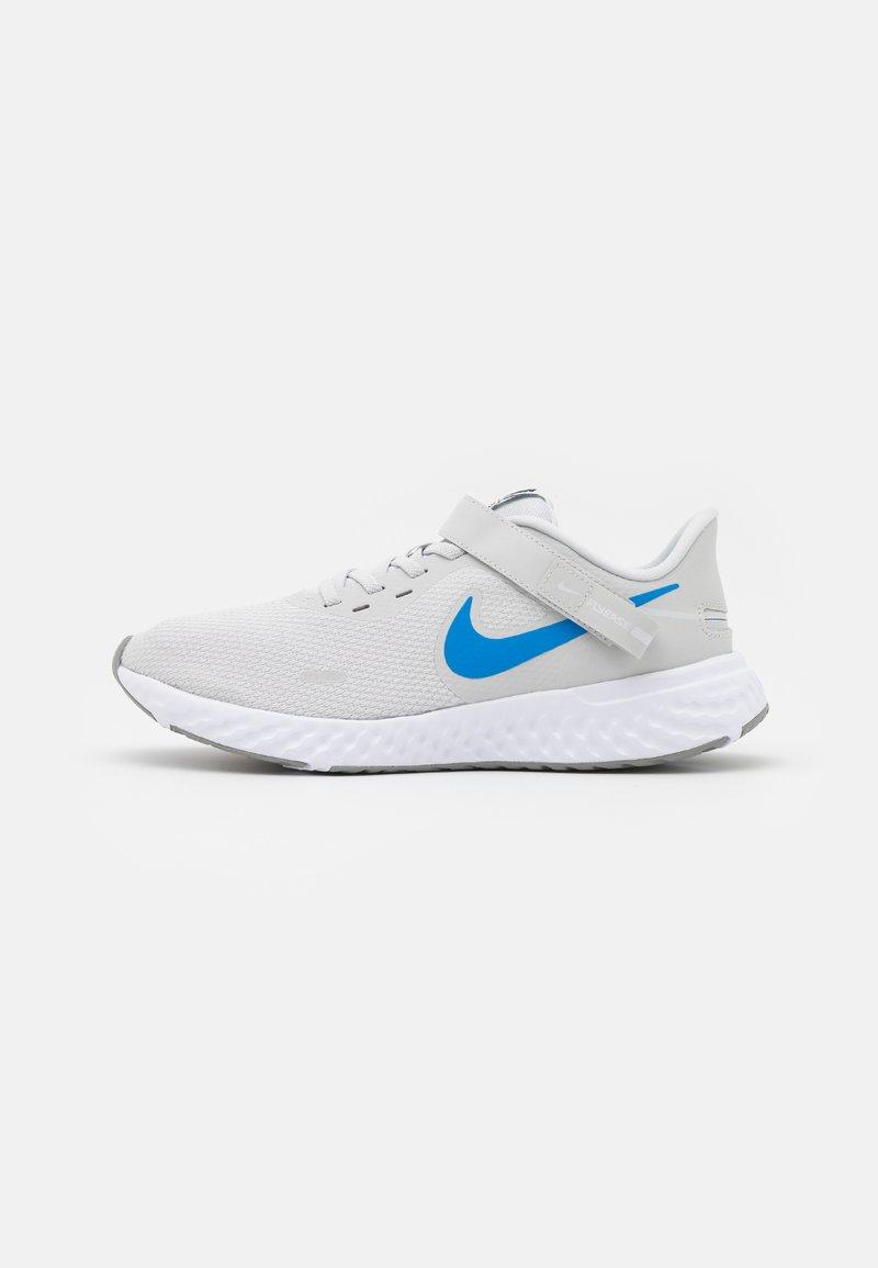 Nike Performance - REVOLUTION 5 FLYEASE - Obuwie do biegania treningowe - photon dust/photo blue/particle grey/black/white