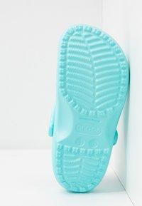 Crocs - CLASSIC - Kapcie - ice blue - 6
