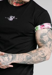 SIKSILK - FLORAL PIXEL ROLL SLEEVE TEE - Printtipaita - black - 4