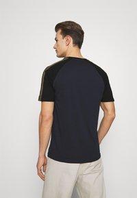 Lyle & Scott - COLOUR BLOCK - T-shirt - bas - dark navy - 2