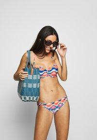 Venice Beach - WIRE BANDEAU - Top de bikini - blue/orange - 1