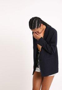 Pimkie - MIT KARO-PRINT - Short coat - marineblau - 3