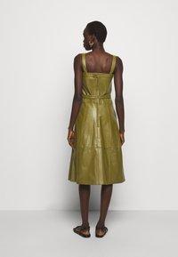 Proenza Schouler White Label - LIGHTWEIGHT BELTED DRESS - Robe d'été - military - 2