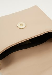 Pieces - PCJULIA CROSS BODY - Across body bag - beige/gold - 4