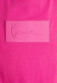 Karl Kani - SMALL SIGNATURE BOX TEE UNISEX - T-shirt imprimé - pink - 2
