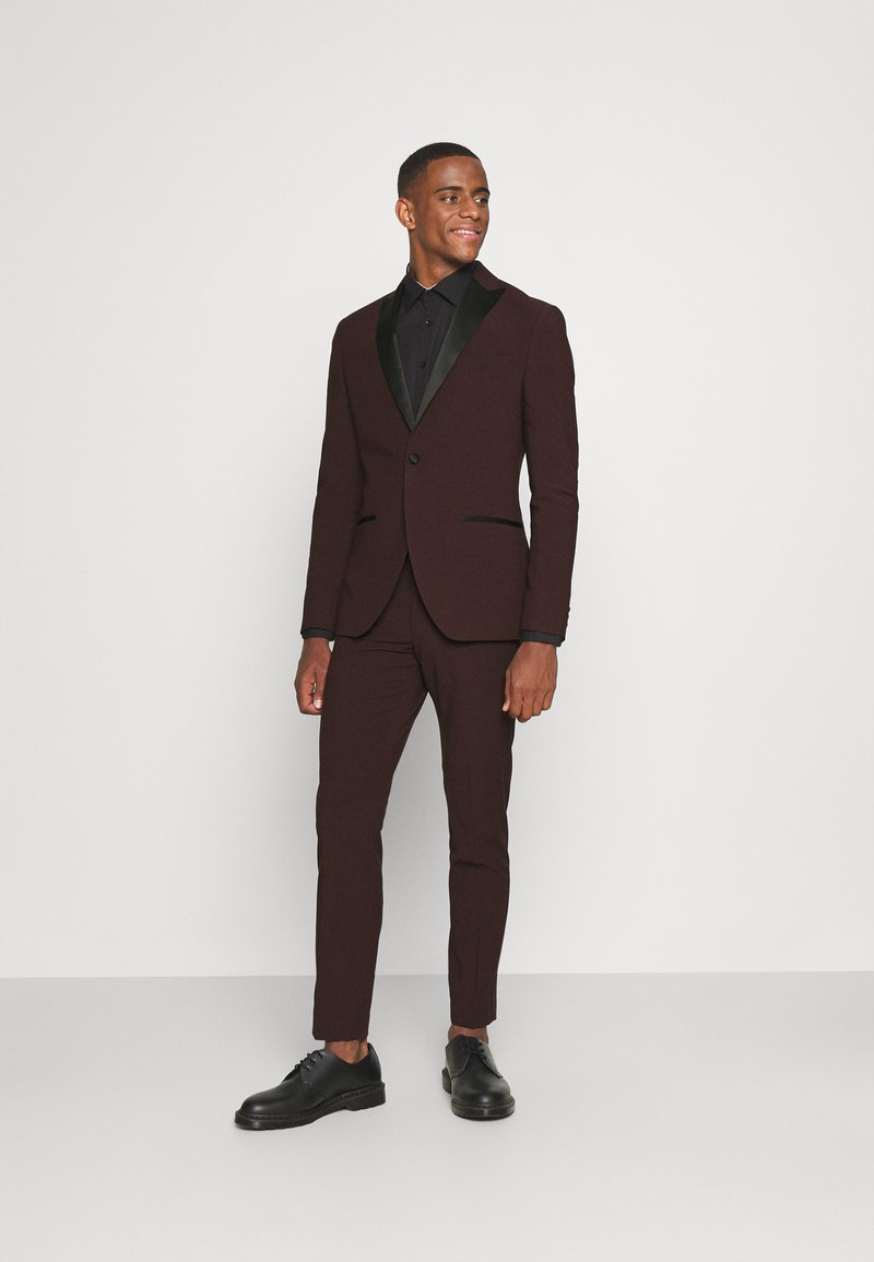Isaac Dewhirst - THE TUX - Kostym - bordeaux