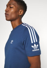 adidas Originals - TECH TEE - T-shirt con stampa - marine - 3