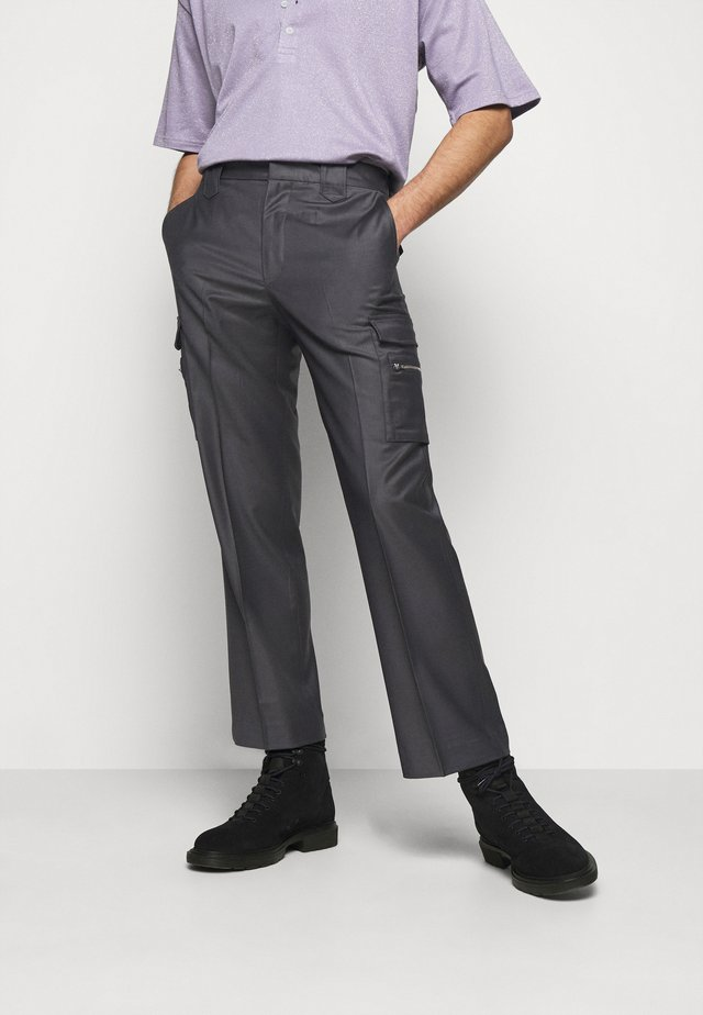 BRUCE TROUSERS - Reisitaskuhousut - dark grey
