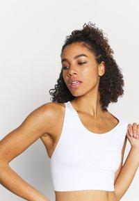 Sweaty Betty - STAMINA WORKOUT BRA - Light support sports bra - white - 3