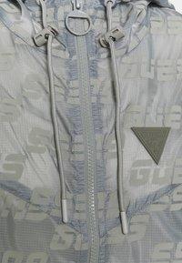 Guess - PACKABLE HOODED - Treningsjakke - lead grey - 2