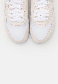 Reebok Classic - CLASSIC - Sneakersy niskie - white/chalk/glacier pink - 5