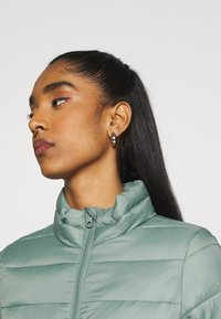 ONLY - ONLSANDIE QUILTED JACKET  - Lett jakke - chinois green - 3