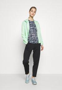 ONLY Play - ONPPERFORMANCE RUN JACKET - Sports jacket - green ash/black - 1