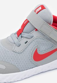 Nike Performance - REVOLUTION 5 FLYEASE - Neutral running shoes - light smoke grey/university red/photon dust - 5