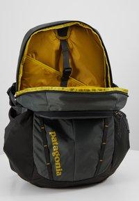Patagonia - REFUGIO PACK 28L - Plecak - forge grey/green - 4