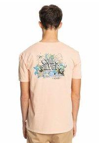 Quiksilver - INFORMAL DISCO - Print T-shirt - apricot - 2