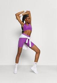 Nike Performance - BRA  - Sport-BH mit mittlerer Stützkraft - wild berry/purple stardust - 1
