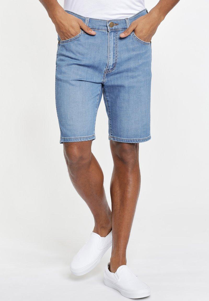 Wrangler - TEXAS FIT - Szorty jeansowe - blue