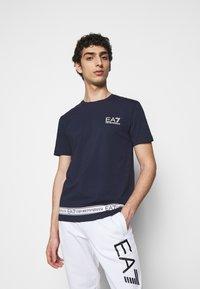 EA7 Emporio Armani - T-shirt med print - dark blue - 0