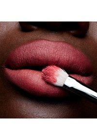MAC - POWDER KISS LIPSTICK - Rouge à lèvres - a little tamed - 2