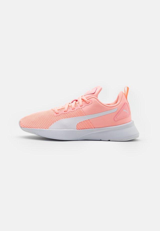 FLYER RUNNER UNISEX - Sportovní boty - elektro peach/white