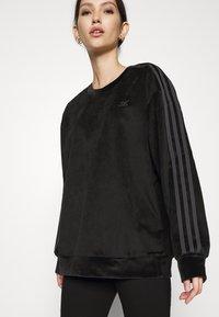 adidas Originals - CREW SWEATER  - Sweatshirt - black - 2