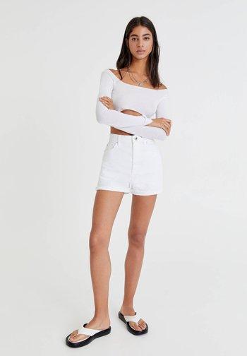 MIT UMGESCHLAGENEM SAUM - Szorty jeansowe - white