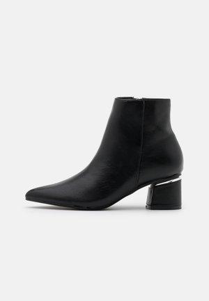 Kotníkové boty - black