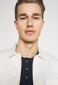 TOM TAILOR - HENLEY WITH SMART DETAILS - T-shirt - bas - dark blue - 3