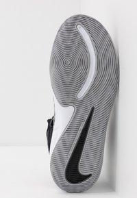 Nike Performance - TEAM HUSTLE D 9 FLYEASE UNISEX - Obuwie do koszykówki - black/metallic silver/wolf grey - 5