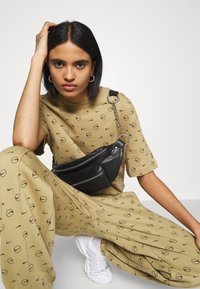 Nike Sportswear - TEE - Print T-shirt - parachute beige - 3