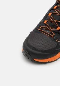 La Sportiva - JACKAL - Běžecké boty do terénu - black/tiger - 5