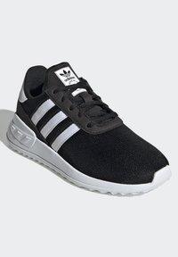 adidas Originals - LA TRAINER LITE SHOES - Trainers - core black/ftwr white/core black - 2