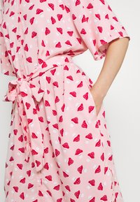 Monki - Vestido camisero - pink - 5