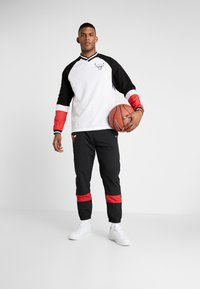 New Era - NBA COLOUR BLOCK LONG SLEEVE TEE CHICAGO BULLS - Artykuły klubowe - optic white/black/front door red - 1