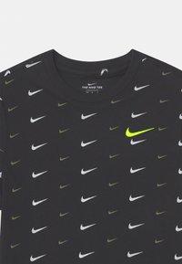 Nike Sportswear - PLUS - T-shirt med print - black - 2