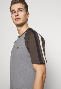 Lyle & Scott - COLOUR BLOCK - T-shirt - bas - mid grey marl - 4