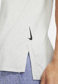 Nike Performance - TANK  - Funktionströja - light smoke grey/heather/black - 4