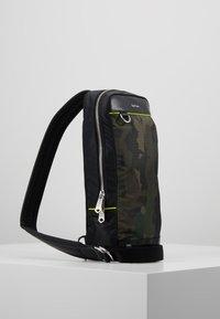 Paul Smith - MENS BAG SLING CAMO - Sac bandoulière - green - 3
