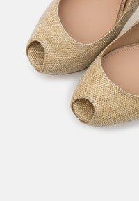 Guess - Høye hæler med åpen front - gold - 5