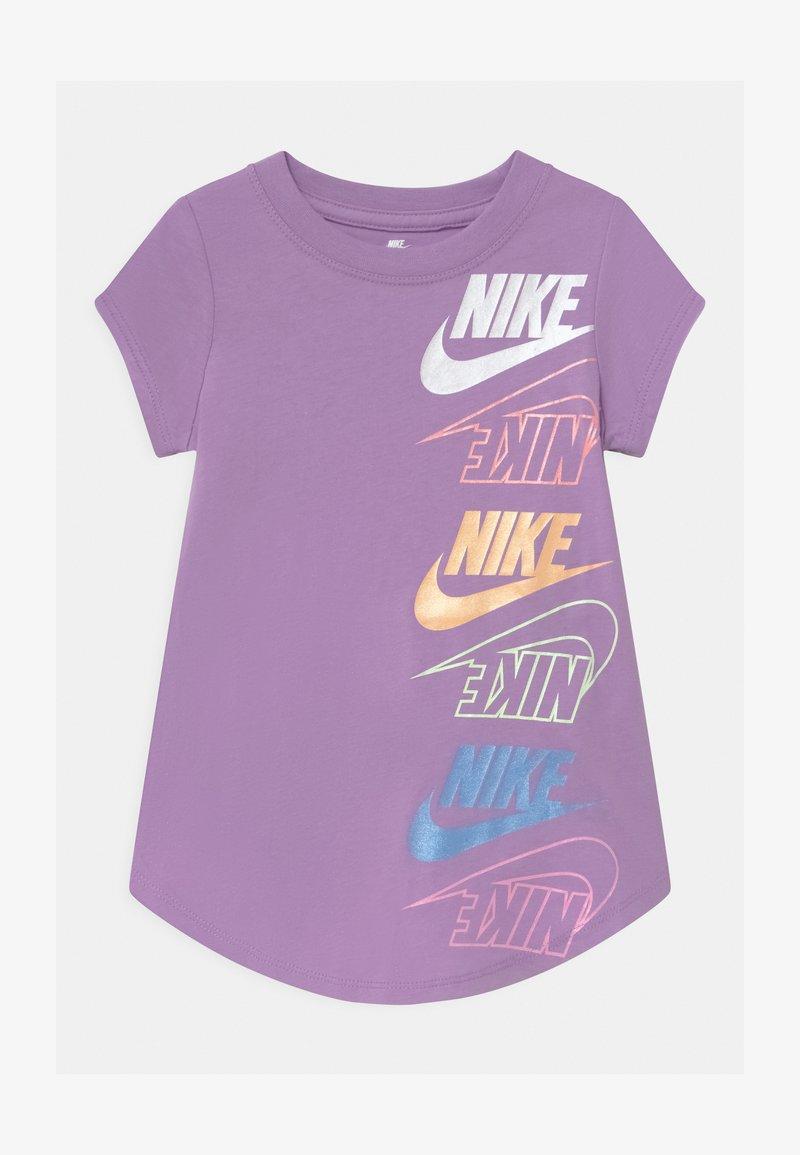 Nike Sportswear - MULTI FUTURA - T-shirt imprimé - violet star