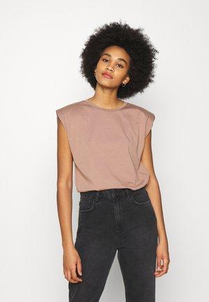 ONLPERNILLE SHOULDER - Basic T-shirt - brownie