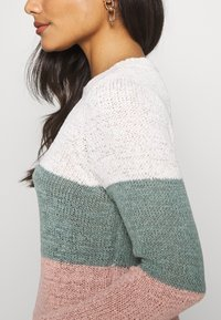 ONLY Petite - ONLGEENA BLOCK - Jumper - cloud dancer/chinois green/rose - 5