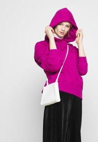 Nike Sportswear - HOODIE TREND - Sweat à capuche - cactus flower/white - 4