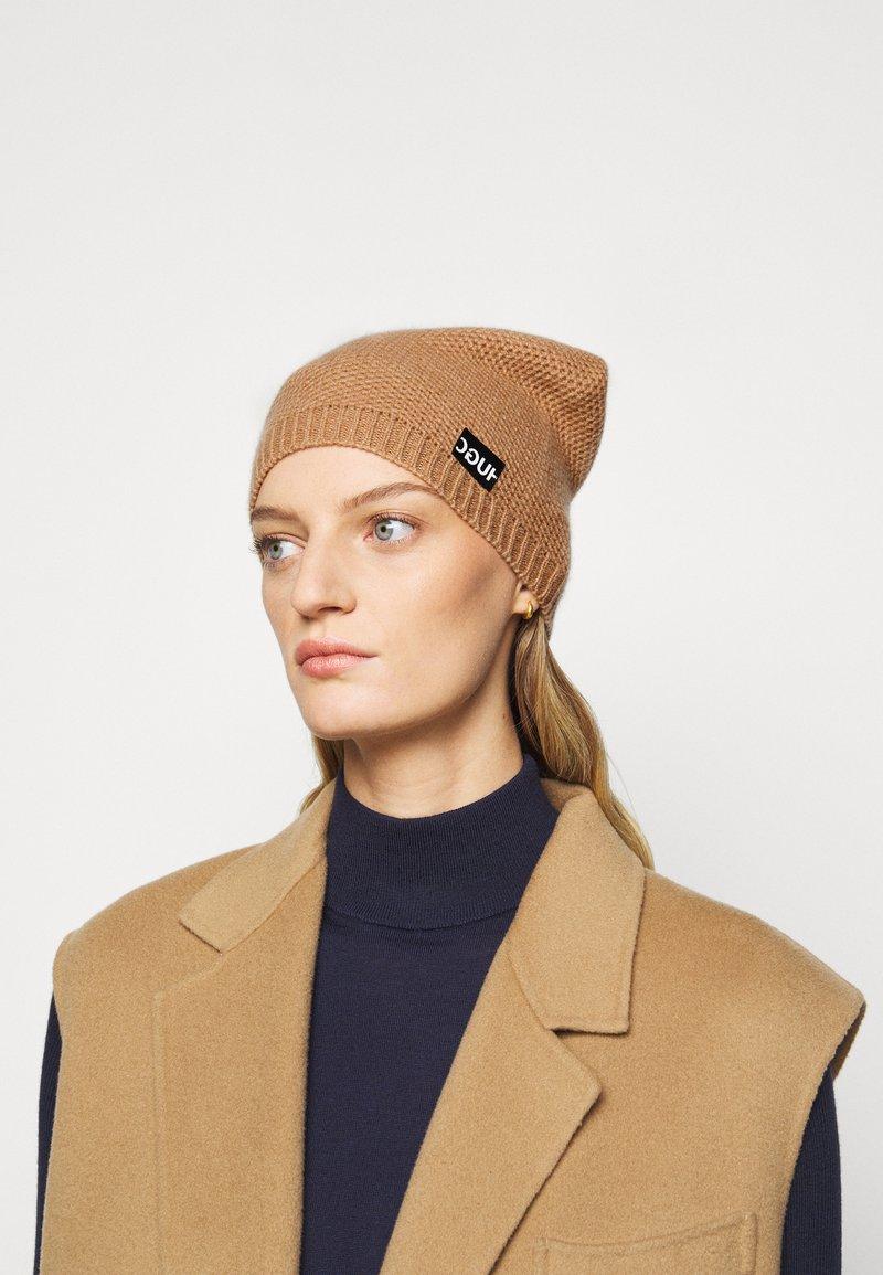 HUGO - WOMEN BEANIE - Beanie - light pastel brown