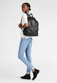 Eastpak - PADDED PAK'R/MARCH SEASONAL COLORS - Zaino - black ink leather - 0