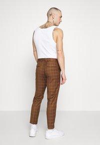 New Look - GRID CROP  - Spodnie materiałowe - tan - 2