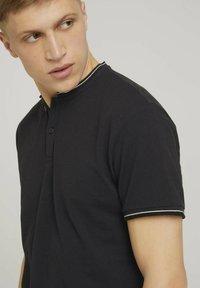 TOM TAILOR DENIM - MIT STREHKRAGEN - Basic T-shirt - black - 3